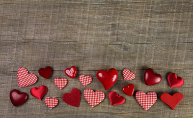 Rustikaler Holz Hintergrund mit roten karierten Herzen