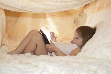 Ребёнок вместо сна играет в планшет под одеялом