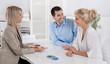 Beratungsgespräch: Berater mit einem jungem Paar