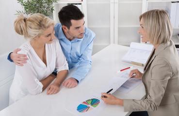 Junges Paar in einem Beratungsgespräch zur Altersvorsorge
