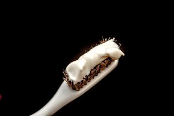 練り歯磨きをつけた歯ブラシ