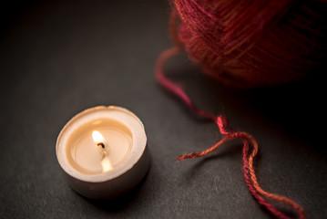 燃えるロウソクと毛糸