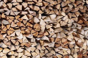 Holzwand aus Brennholz