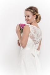 Dreiviertelaufnahmer einer hübschen jungen Braut