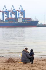 Vater und Sohn an Elbe