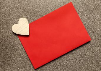 Brief in rotem Umschlag © Matthias Buehner