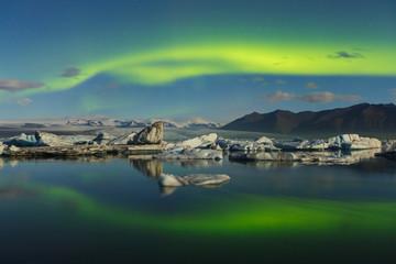 Aurores boréales sur le glacier de Jökulsarlon, Islande