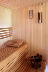 Sauna fińska wnętrze, wiadro, klepsydra, barometr.