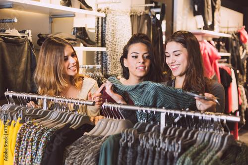 Leinwanddruck Bild Three Women in a Clothing Store