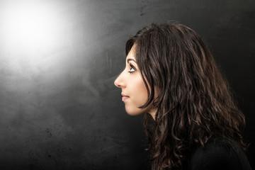 giovane donna di profilo