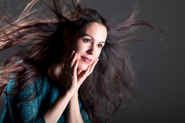Junge hübsche Frau mit langen Haaren im Wind