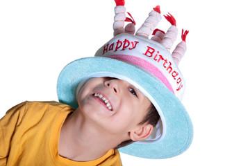 Junger Kerl mit Geburtstags Hut lacht