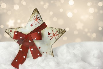 Weihnachtsstern aus Holz im Schnee