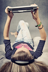 jeune fille consultant tablette