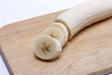 geschnittene Banane auf einem Holzbrett