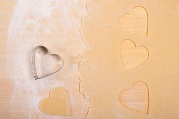 Herzen mit Mehl und Teig