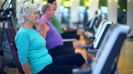 Senioren beim Spinning auf Fitness bike als Sport