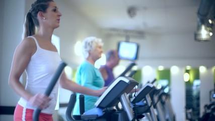 Gruppe mit Senioren auf Stepper im Fitnessstudio