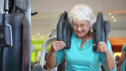 Ältere Senior Frau bei Bauchtraining im Fitness Club