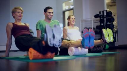 Gruppe im Fitness Studio bei Gymnastik auf Rollen
