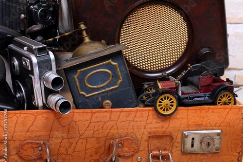 Antike Sachen im Koffer, Oldtimer,Mühle,Kamera - 73257266