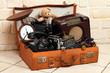 Leinwanddruck Bild - Antke Gegenstände in Koffer, Radio,Foto,Telefon