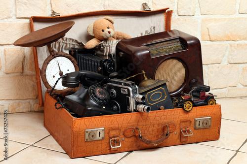 Leinwanddruck Bild Antke Gegenstände in Koffer, Radio,Foto,Telefon