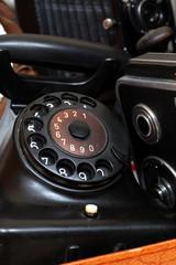 antikes Telefon mit anderen alten Sachen, Koffer