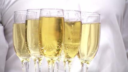 фужеры с белым вином на подносе