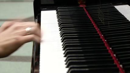 рука пианистки с кольцом