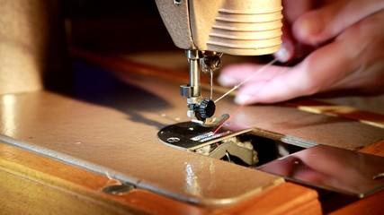 швейная машинка крупно(игла,нитка)