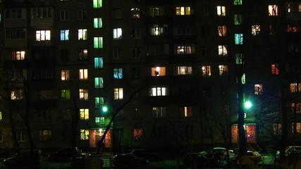 дом с окнами в городе(таймлапс)