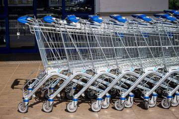 Einkaufswagen vor einem Supermarkt