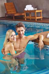 Paar im Pool vom Hotel