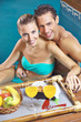 Paar beim Frühstück im Pool
