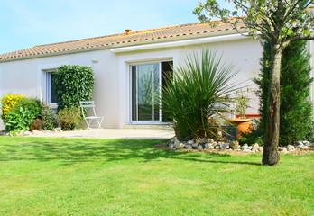 maison contemporaine et son jardin