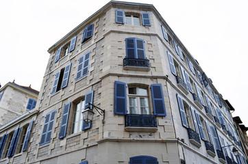 Immeuble aux volets bleus à Bayonne angle