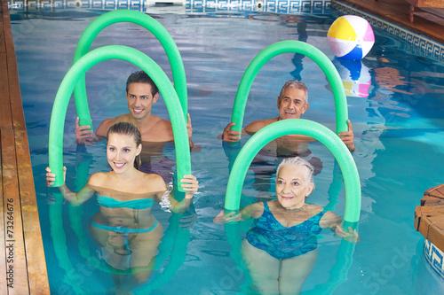 Leinwanddruck Bild Gruppe macht Aquafitness im Schwimmbad