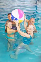 Familie beim Spielen im Schwimmbad