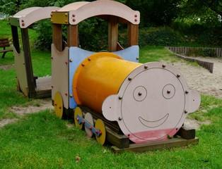 Spielplatz mit Lokomotive aus Holz