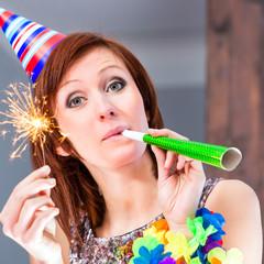 Frau feiert in Cocktailbar Geburtstag oder Silvester