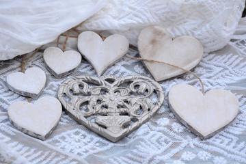 metalen hart met houten hartjes op transparante stof