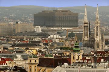 Wien von oben, Blick auf Votivkirche und AKH