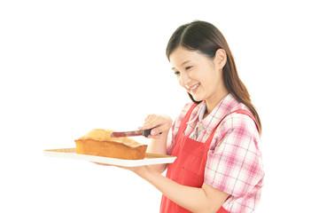 パウンドケーキを持つ笑顔の女性