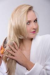 Mädchen bürstet sich das blonde Haar