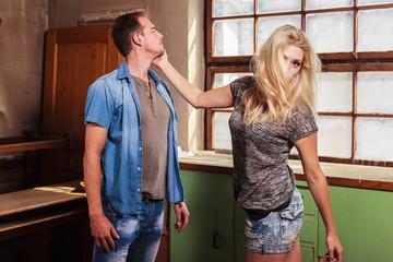 Sexy Frau streitet sich mit einem Mann