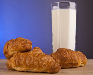 glass of milk with croissants
