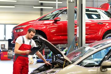 Mechaniker in Autowerkstatt // Mechanic in auto repair shop