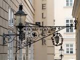 Fototapety Straßenlaterne in einer kleinen Wiener Gasse
