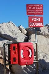 Point sécurité avec bouée de secours en bordure de mer